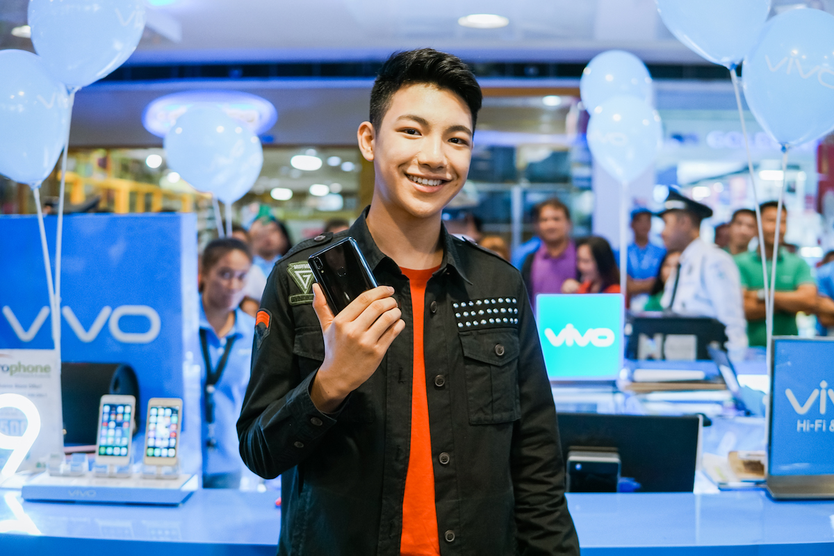 Darren Espanto and TJ Monterde brought smiles in Cebu at the Vivo V9 Mall Tour